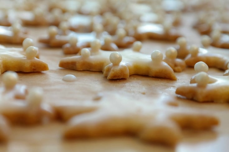 By baking cookies ahead of time, you cancool, freeze, and then thaw them before serving. Easy peasy!