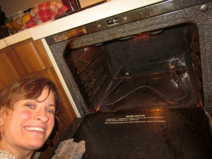 If you don't have a self-cleaning option, have you ever wondered how to clean an oven ? Here's a safe and simple 3-step process!