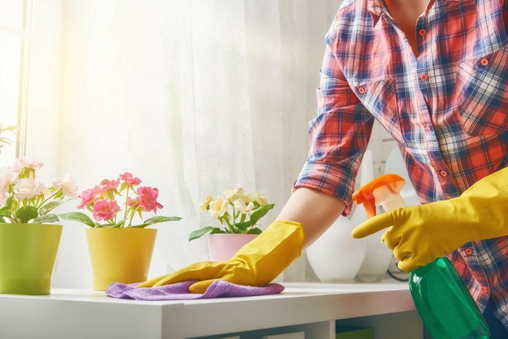 Struggling with figuring out when to do your housekeeping chores? Here are 7 ways to fit housekeeping into your day...